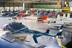 Hangar do helicóptero, cheio de Robinson R44 fotografia de stock
