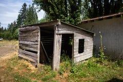 Hangar en bois consommé par temps images stock