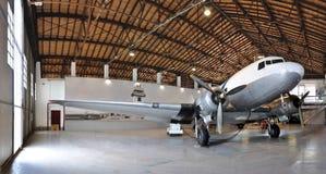 Hangar för flygplanmuseum DC3 arkivfoto