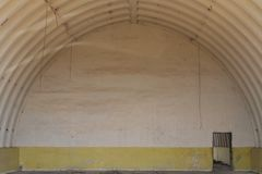 Hangar militar grande Espaço vazio abandonado imagem de stock