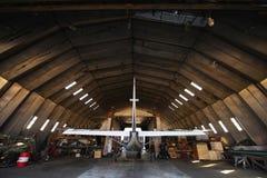 Hangar mit modernem Flugzeug nach innen Lizenzfreie Stockbilder