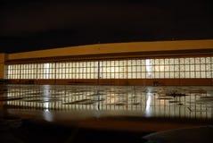 Hangar mit Reflexion nachts Stockbilder