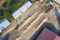 Hangar para o armazenamento da grão Uma plataforma para secar e aglomerar fotos de stock