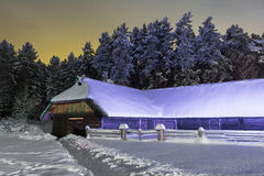 Hangar pendant la nuit d'hiver Photos stock