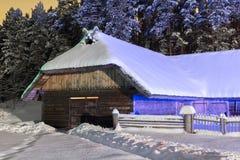 Hangar pendant la nuit d'hiver Image libre de droits
