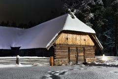 Hangar pendant la nuit d'hiver Photo libre de droits