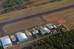 Hangar privado con el aeroplano de la pista, visión aérea imágenes de archivo libres de regalías