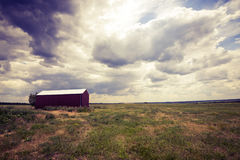 Hangar rouge solitaire, grange dans la prairie Photo stock