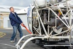 Hangararbetar- och helikopterram royaltyfri foto