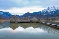 Hangars à bateaux au lac Kochelsee, Bavière, Allemagne Image stock