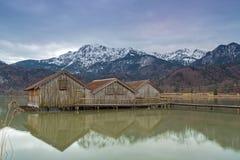Hangars à bateaux au lac Kochelsee, Bavière, Allemagne Image libre de droits