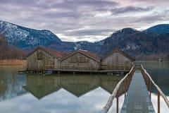 Hangars à bateaux au lac Kochelsee, Bavière, Allemagne Images libres de droits