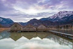 Hangars à bateaux au lac Kochelsee, Bavière, Allemagne Photo libre de droits