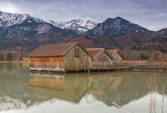 Hangars à bateaux au lac Kochelsee, Bavière, Allemagne Photo stock