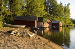 Hangars à bateaux sur le lac au coucher du soleil Photo libre de droits