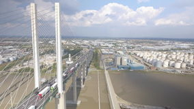 Hangbrug en Rivier Luchtmening stock video