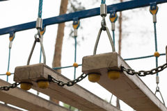 Hangbrug met houten stappen Nadruk op de raad van brug Royalty-vrije Stock Afbeelding