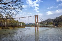 Hangbrug onder mooie hemel Royalty-vrije Stock Fotografie