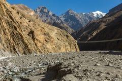 Hangbrug over bergrivier, Himalayagebergte Nepal Royalty-vrije Stock Fotografie