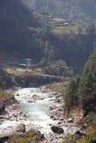 Hangbrug over de rivier van Dudh Kosi, Nepal Stock Foto's