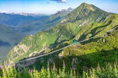 Hangbrug over een kloof in de bergen dichtbij de skitoevlucht Rosa Khutor in Krasnaya Polyana Sotchi, Rusland stock foto's