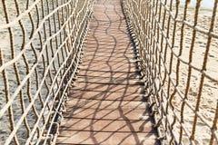 Hangbrug over het water op het Eiland Sentosa stock afbeeldingen