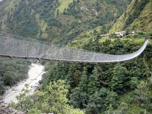 Hangbrug over Kali Gandaki dichtbij Dana royalty-vrije stock afbeeldingen