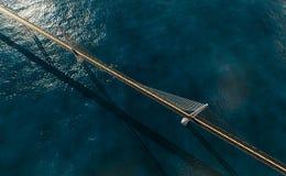 Hangbrug over oceaan Stock Foto's