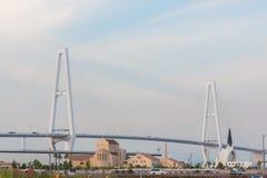 Hangbrugarchitectuur die kruisend overzees bouwen Stock Foto's