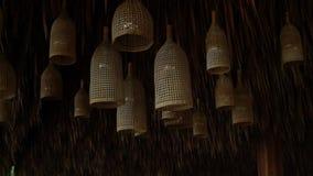 Hangen de stro decoratieve kroonluchters onder het palmbladendak stock videobeelden