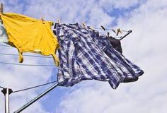 Hangen de vers gewassen kleren uit om op zonnig te drogen Royalty-vrije Stock Afbeeldingen
