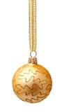 Hangend gouden Kerstmisbal met geïsoleerd lint Stock Afbeeldingen