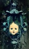 Hangend Griezelig Doll Hoofd Stock Foto's