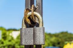 Hangend metaalslot in de poortenoogjes royalty-vrije stock fotografie