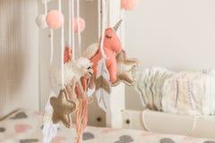 Hangend speelgoed op de baby veranderende lijst stock foto's