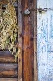 Hangende bossen van geneeskrachtige kruiden Droge kruiden en bloemen in het dorp royalty-vrije stock foto