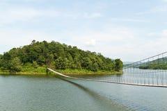 Hangende brug in het bos Royalty-vrije Stock Afbeeldingen