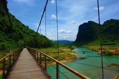Hangende brug met een mening van groene waterstroom in Phong Nha, de Klap Nationaal Park van KE, Vietnam stock afbeeldingen
