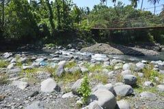 Hangende die brug bij Ruparan-rivier, barangay Ruparan, Digos-Stad, Davao del Sur, Filippijnen wordt gevestigd stock afbeelding