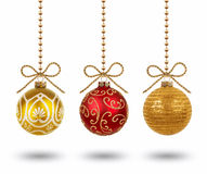 Hangende die Kerstmisballen op witte achtergrond worden geïsoleerd Stock Foto