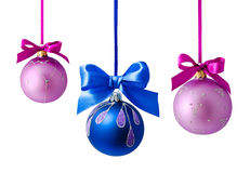 Hangende geïsoleerde Kerstmisballen Stock Foto's