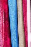 Hangende gekleurde materialen Royalty-vrije Stock Afbeeldingen