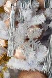 Hangende glanzende gouden bal en zilveren Kerstmiskroon met tinse Stock Fotografie