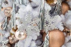 Hangende glanzende gouden bal en zilveren Kerstmiskroon met tinse Royalty-vrije Stock Afbeelding