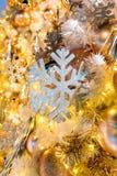 Hangende glanzende gouden bal en zilveren Kerstmiskroon met tinse Stock Afbeeldingen