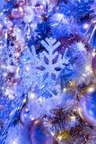 Hangende glanzende gouden bal en zilveren Kerstmiskroon met tinse Stock Foto's