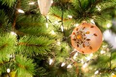 Hangende glanzende gouden bal en zilveren Kerstmiskroon met tinse Royalty-vrije Stock Foto's