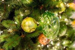 Hangende glanzende gouden bal en zilveren Kerstmiskroon met tinse Royalty-vrije Stock Foto