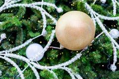 Hangende glanzende gouden bal en zilveren Kerstmiskroon met tinse Stock Afbeelding