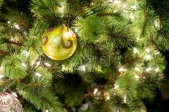 Hangende glanzende gouden bal en zilveren Kerstmiskroon met tinse Royalty-vrije Stock Afbeeldingen